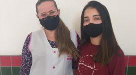 Professora Fernanda Almeida e aluna Patrícia Florzino: vitória comemorada e compartilhada por toda a escola. Divulgação/EEBDBC